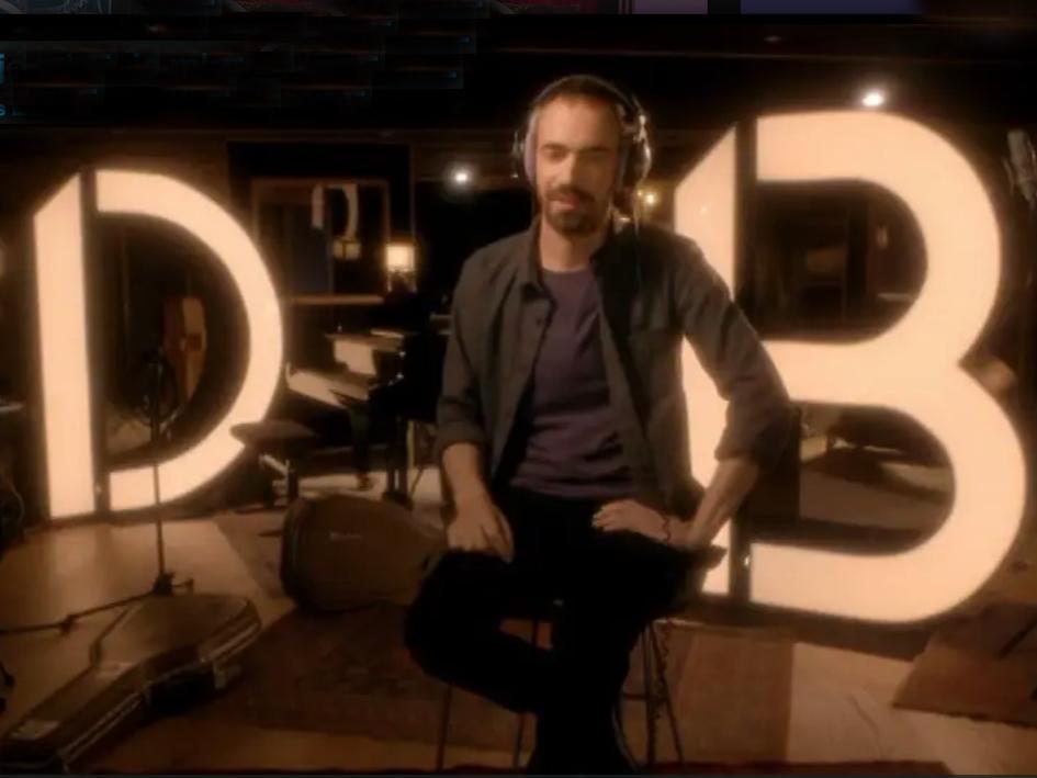 décor du documentaire sur daniel balavoine, deux grandes lettres lumineuses installées sur le plateau de tournage