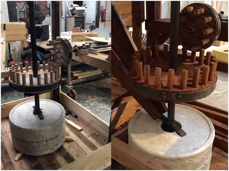 reconstitution du moulin à grain en bois construit sur le bateau de l'expedition la pérouse, élément de décor du spectacle au puy du fou