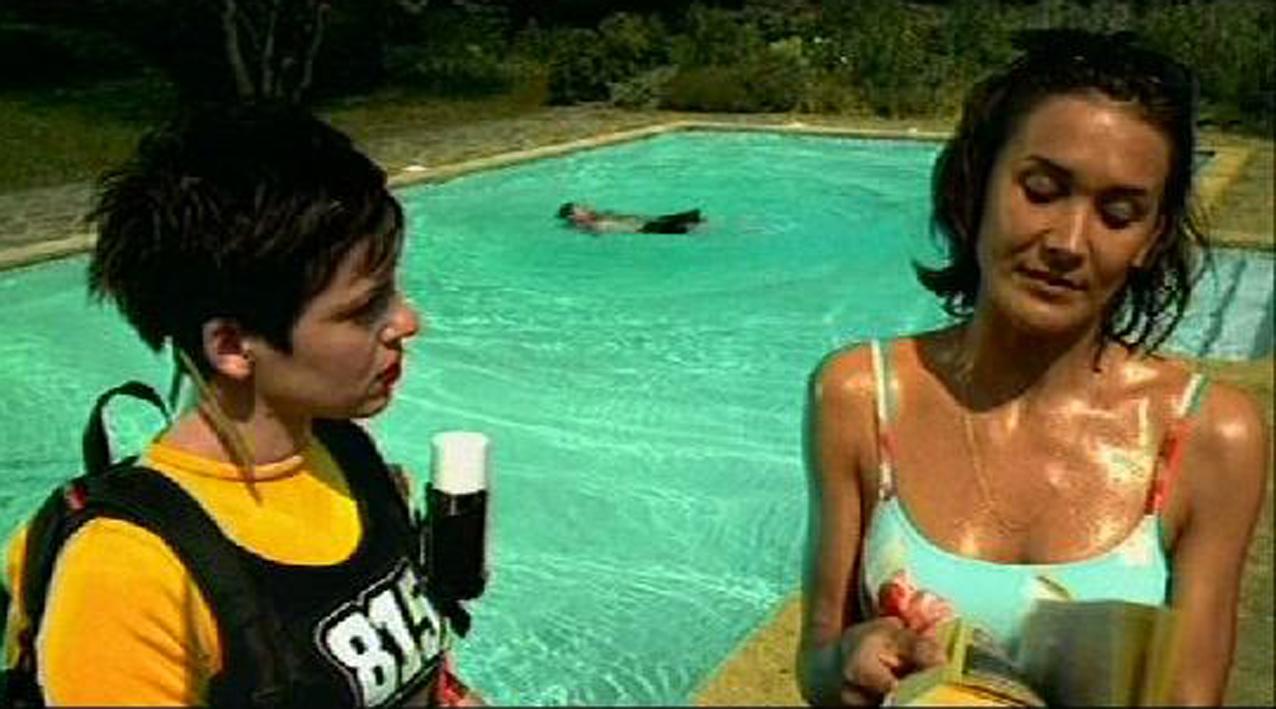décor et accessoirisation de bord de piscine pour film publicitaire pages jaunes