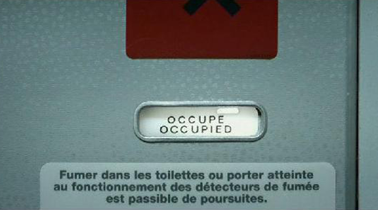 décor de toilettes d'avion pour film publicitaire sur le sida