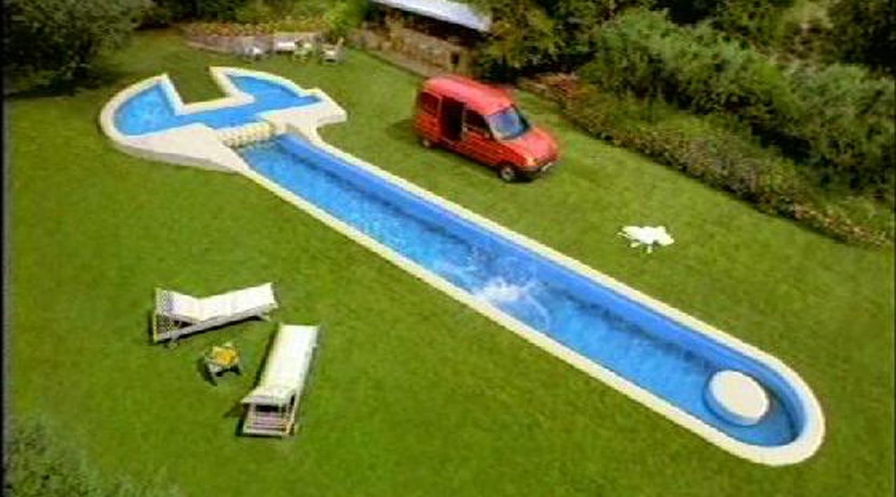décor de piscine en forme de clé à molette pour film publicitaire renault kangoo
