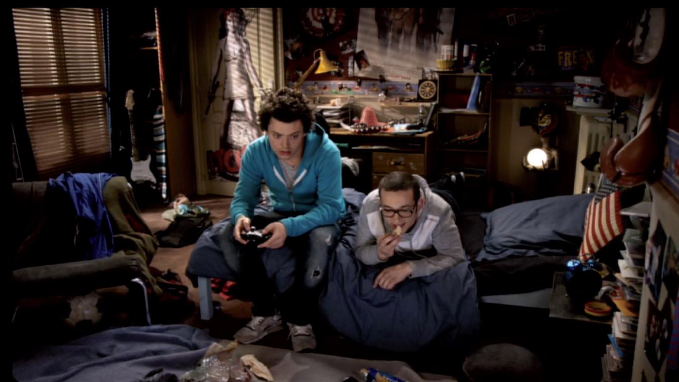 décor de la chambre en désordre de kev adams dans la série télévisée soda