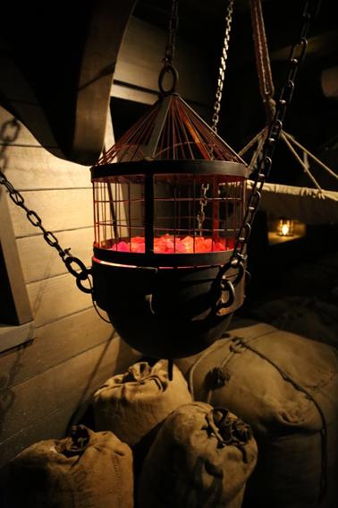 réplique d'un brasero, en métal, accessoires décor bateau puy du fou