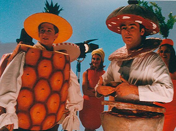 guillaume canet est déguisé dans notre costume ananas et franck dubosc est déguisé en saucisson, pour un film sur le syndicat de la charcuterie