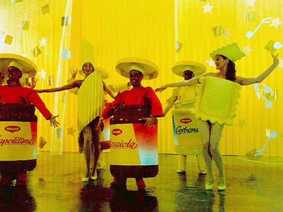 costumes en résine de ravioli, penne et pots de sauce tomate pour film publictaire maggi