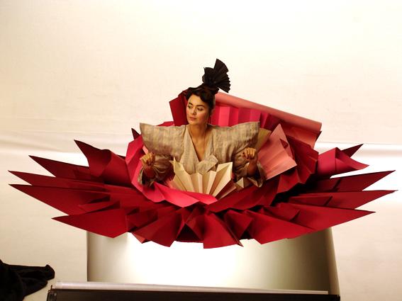 costume en origami pour le clip d'émilie simon, inspiré d'une fleur de lotus