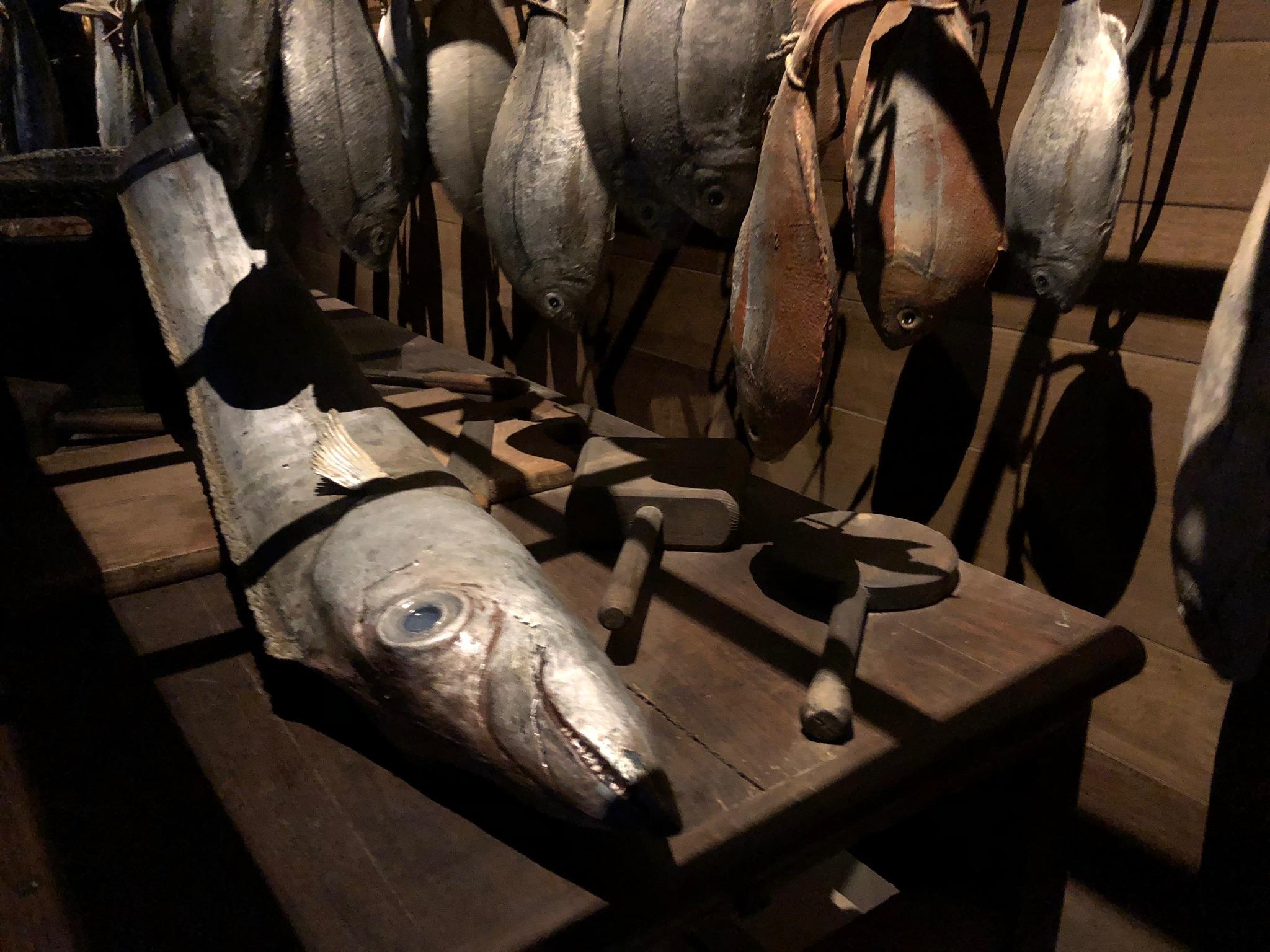 faux poissons, sabre et dorades, éléments factices pour le puy du fou