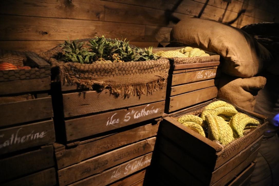caisses de faux fruits des iles, répliques peintes et patinées, accessoires décor puy du fou