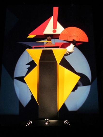 sculpture du costume de grace jones en faux carton plié , avec éventail, pour exposition goudemania
