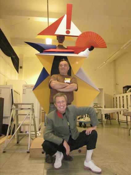 jean-paul goude et rob whittle sont dans l'atelier devant le costume sculpture de grace jones