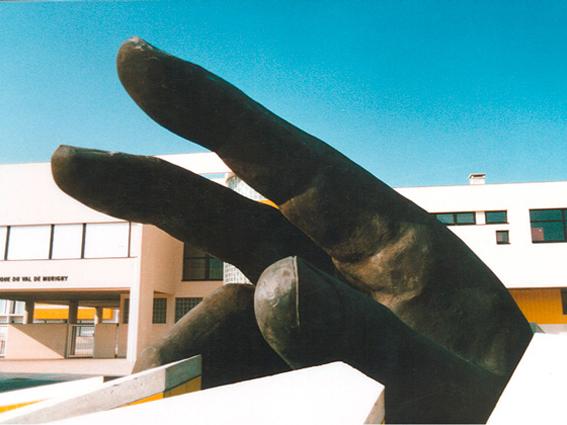 sculpture en faux granit d'une main géante installée sur un lieu public..
