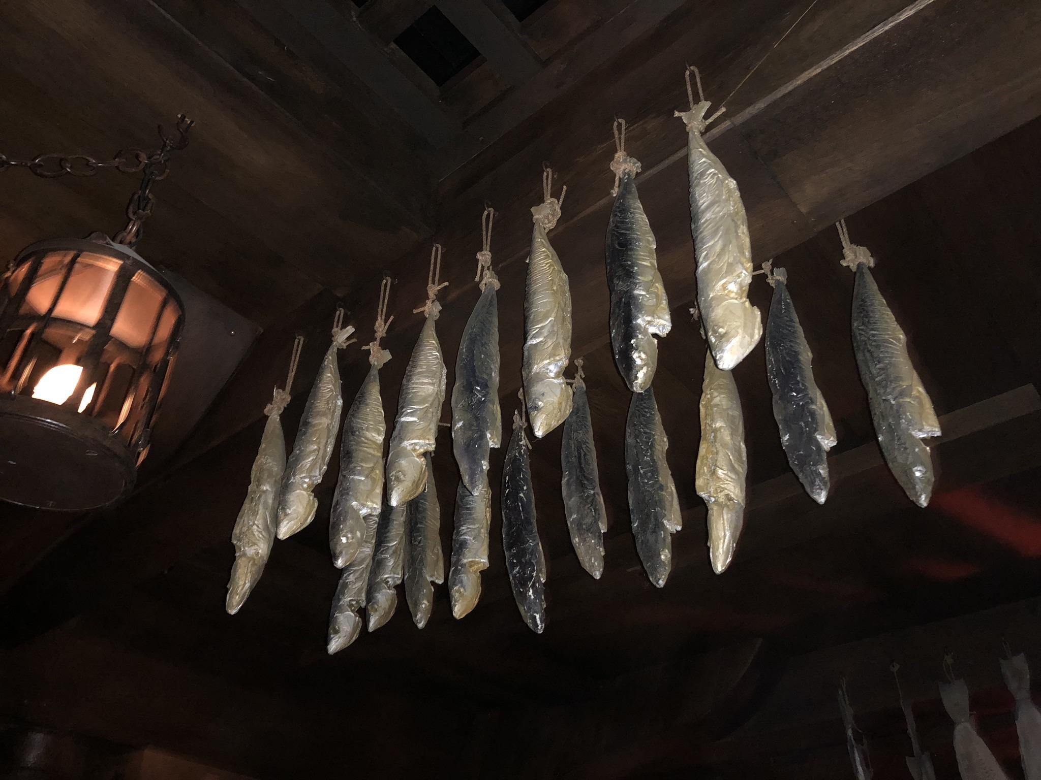 faux poissons séchés, des harengs factices suspendus, accessoires décor bateau puy du fou