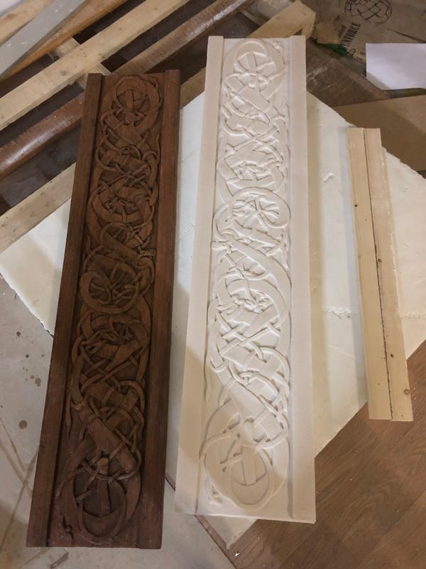 panneau sculpté réplique du motif entrelacs des vikings, moulage et tirage en plâtre et peinture faux bois