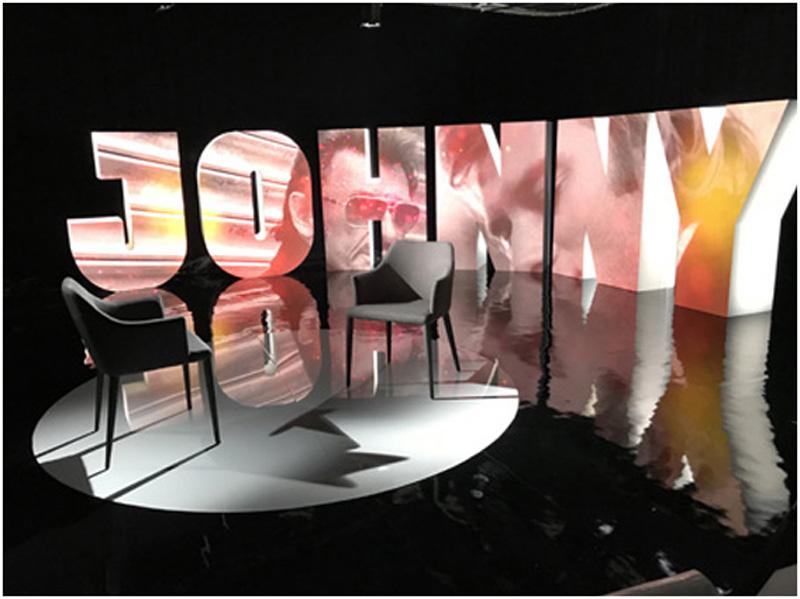 décor du documentaire sur Johnny halliday, projection d'images sur grandes lettres en volumes