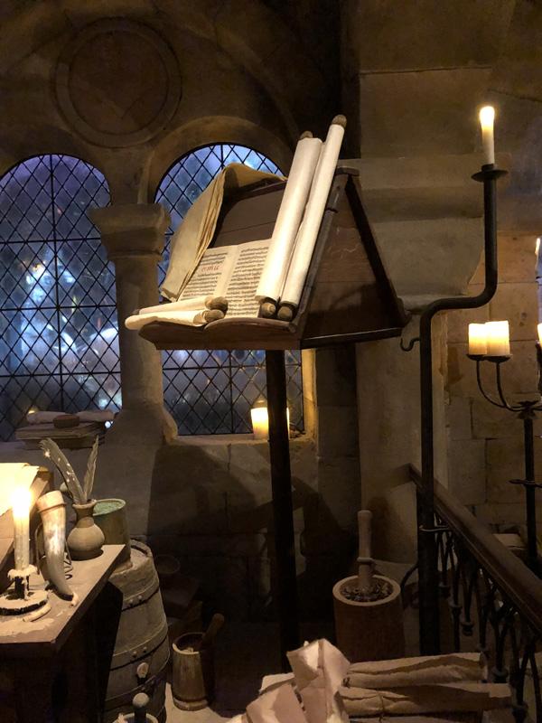 lutrin en bois pour la salle du sriptorium, répliques historiques pour le puy du fou