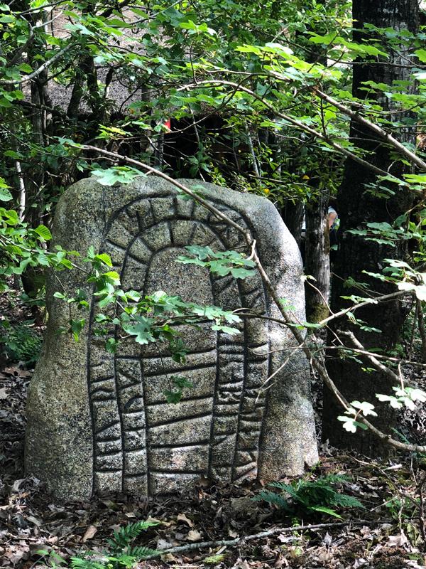 fausse stèle pierre tombale avec inscriptions gravées