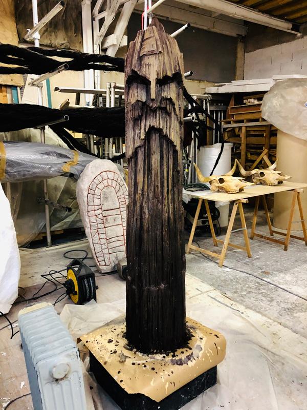 totem sculpté référence valhalla, en faux bois