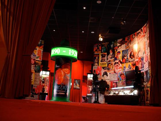 colonne Morris et affiches de films dans l'entrée du musée sur le cinéma à Bottrop en Allemagne.