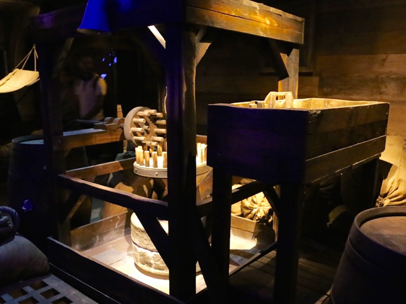 réplique de la machine à grain fabriquée sur le navire L'astrolabe, accessoires decor spectacle puy du fou
